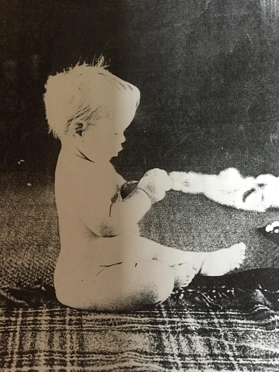 Alexanderteknik Århus, baby sidder på tæppe