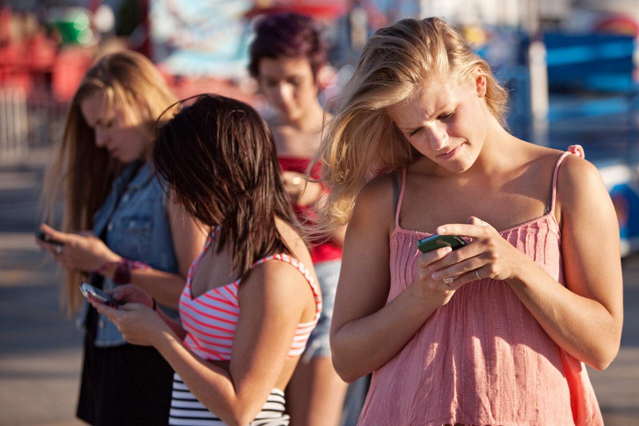 Alexanderteknik Århus, kvinder kigger på mobilen