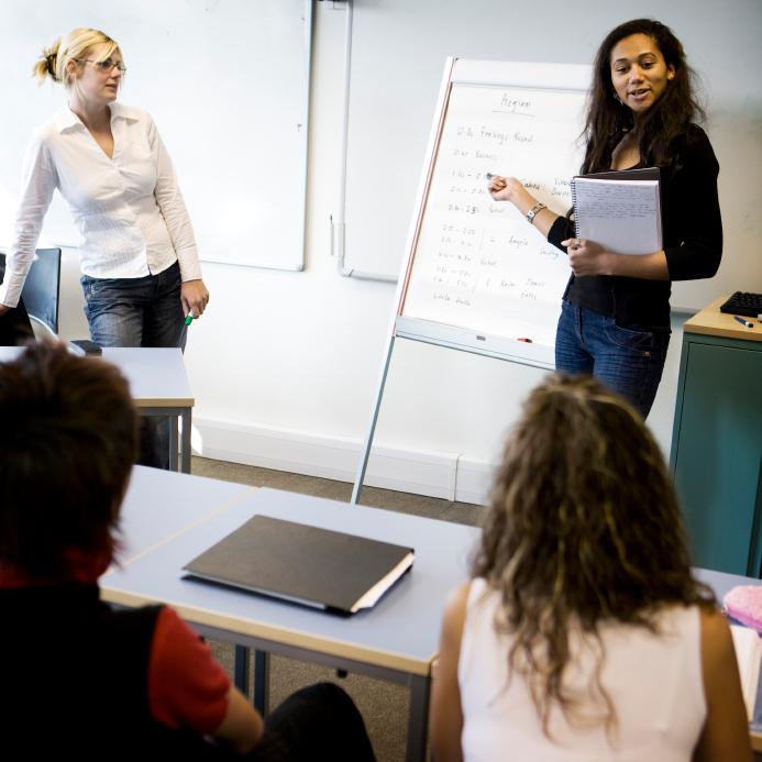 Kognitiv terapi Århus, kvinde underviser andre