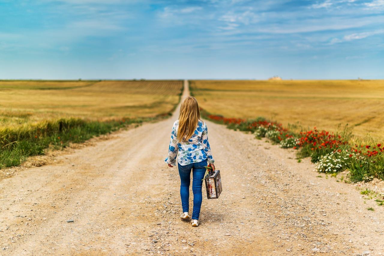 Kognitiv terapi Århus, kvinde går ned af grusvejen